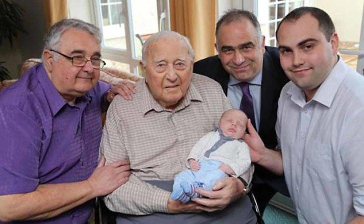 5 generaciones de hombres en una foto