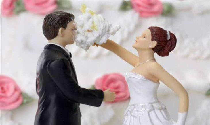 muñecos de pastel de boda, novia embarra torta en la cara del novio