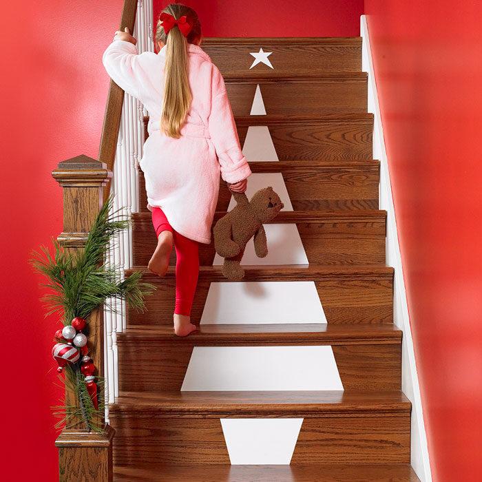 árbol de navidad pintado en escalera