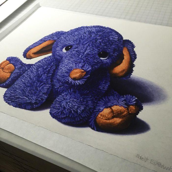 Elefante morado de peluche pintado