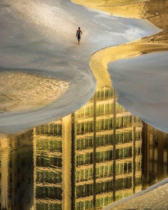 reflejo de edificios en agua de playa