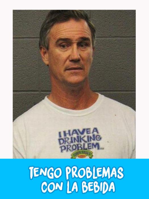 hombre con una camiseta blanca que dice que tiene problemas con la bebida