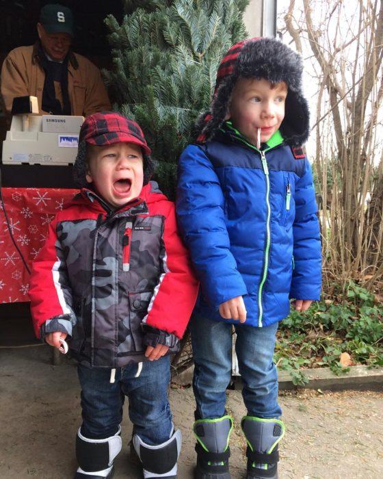 dos niños con chamarras
