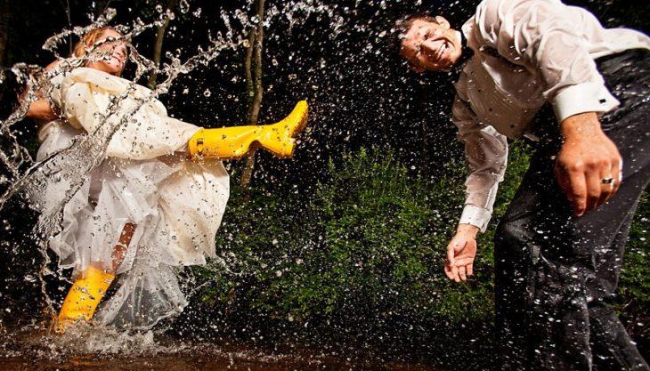 novios jugando en la lluvia