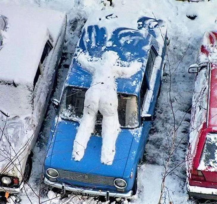 muñeco de nieve sobre un carro