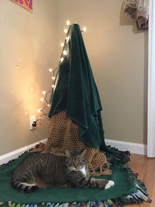 luces sobre un árbolito de navidad hecho con sábanas