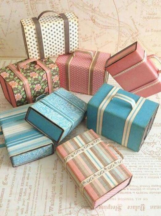 cajas de cartón en forma de maletas