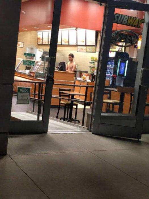 hombre sn camisa en establecimiento de comida