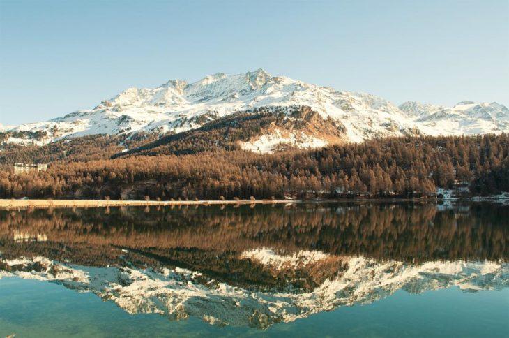 reflejo de montañas nevadas en agua