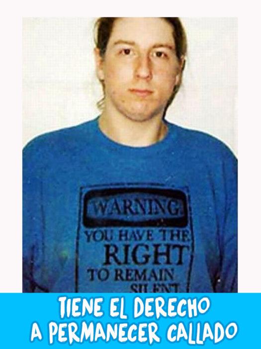 foto de comisaría de un hombro con una camiseta que dice que tiene derecho a permanecer callado