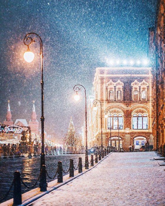 calle rusa con iluminación navideña