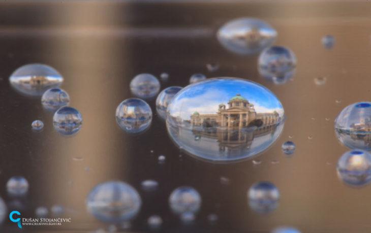foto de la asamblea nacional de belgrado tomada en gotas de agua