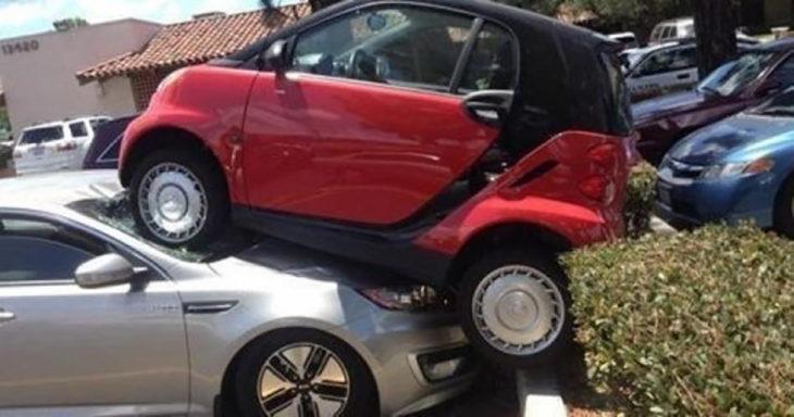 carro pequeño sobre carro gris