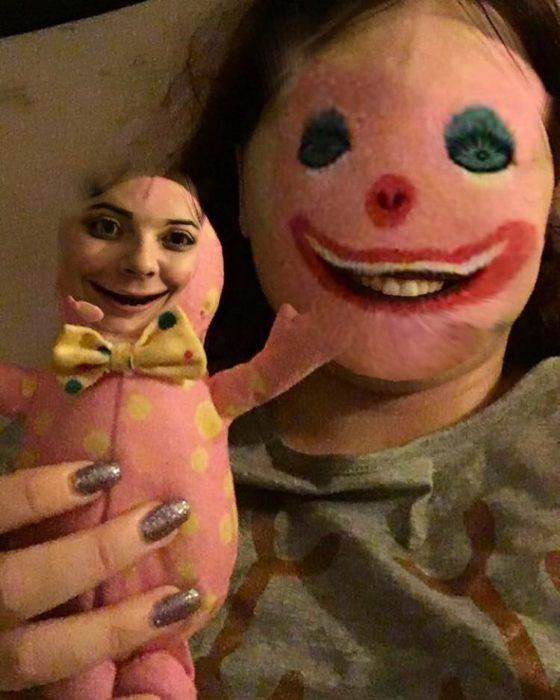 faceswap de mujer y muñeco de felpa