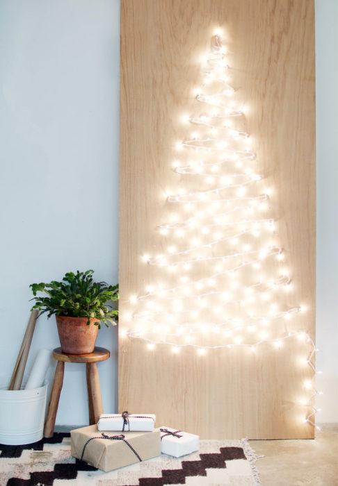 luces navideñas forman un árbol
