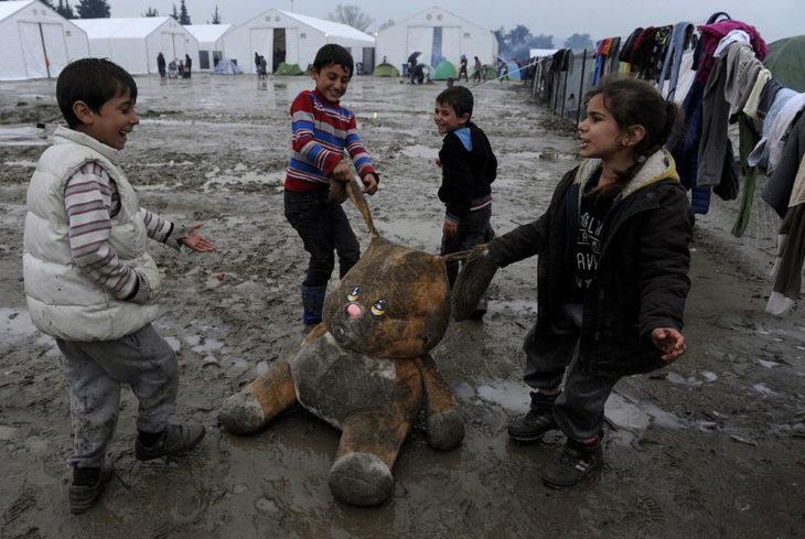 niños refugiados juegan en campamento