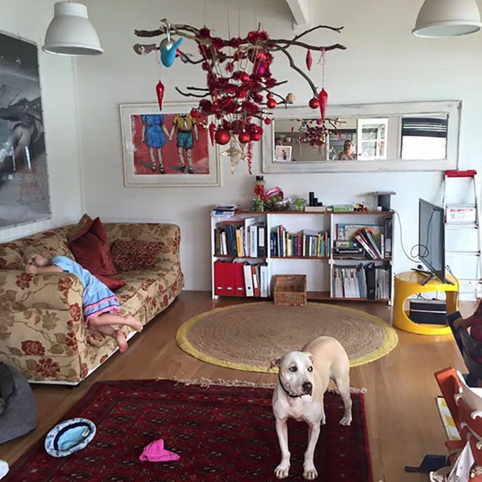 árbol de navidad colgado en el techo de la sala de una casa