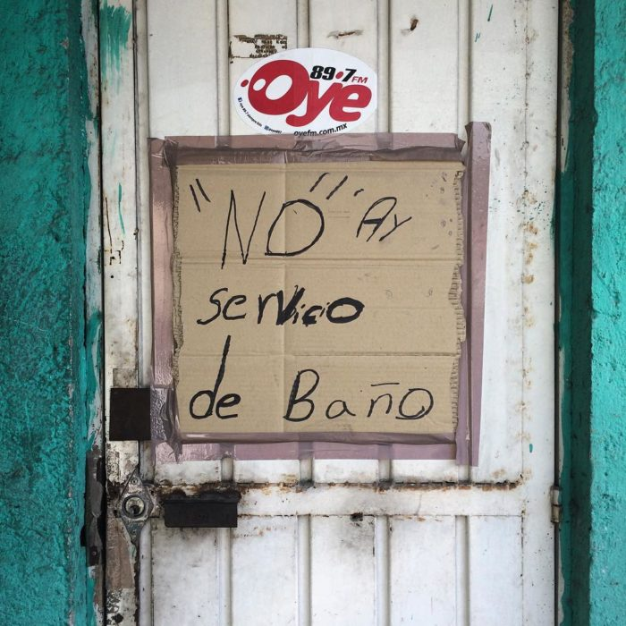 cartel con faltas ortográficas dice no hay servico