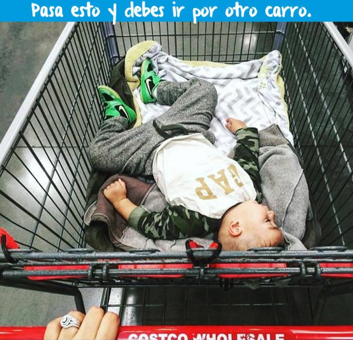 niño en carro de compras