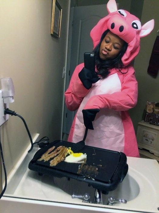 mujer disfrazada cocina en el baño y se toma foto