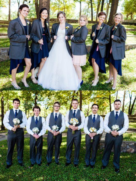 damas de honor con saco, caballeros con ramos de flores