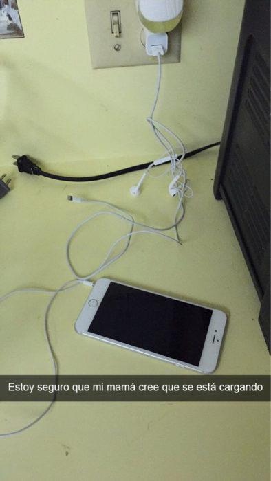 varios cables al lado de un celular