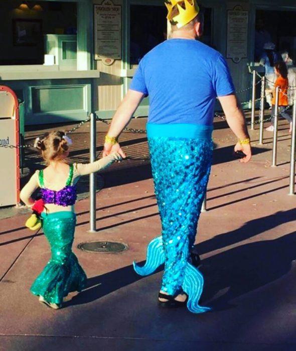 padre e hija disfrazados de sirenas