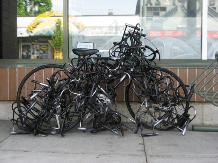 bicicleta con muchos candados anti robos
