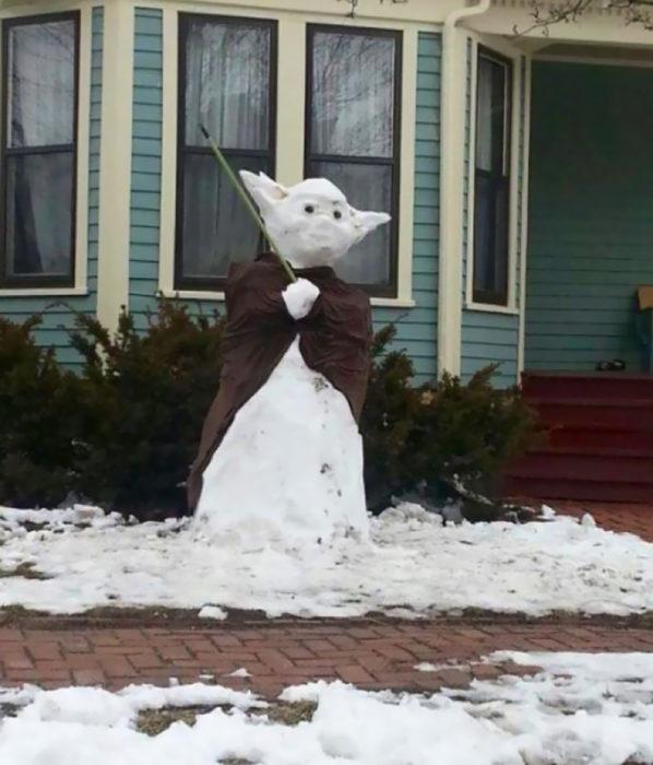 maestro yoda hecho de nieve