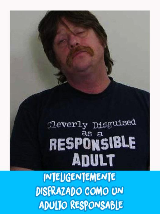 hombre con camisa negra posa para foto de comisaría
