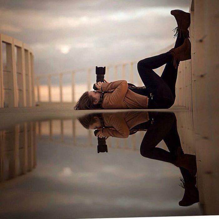 reflejo de mujer tomando foto