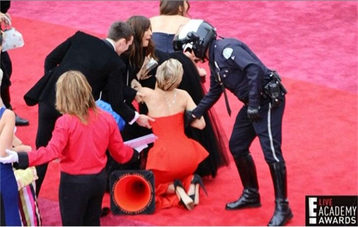 jennifer lawrence cae en alfombra roja