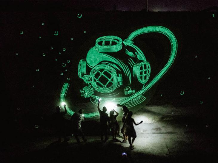 mural fluorescente de casco submarino