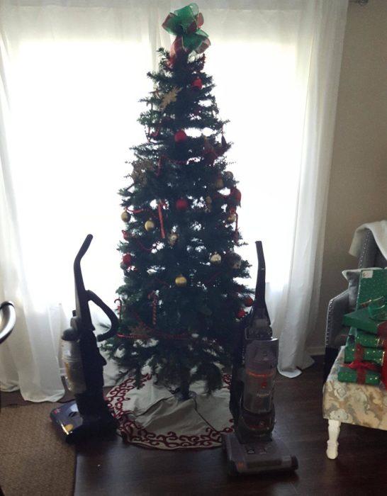 árbol navideño con dos aspiradoras a los lados