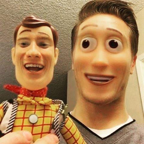 hombre cambia rostro con muñeco de woody