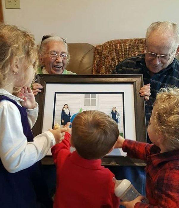abuelos mostrando fotos a sus nietos