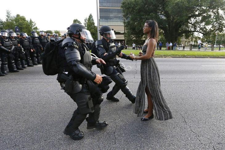 Manifestante Leshia Evans es arrestada