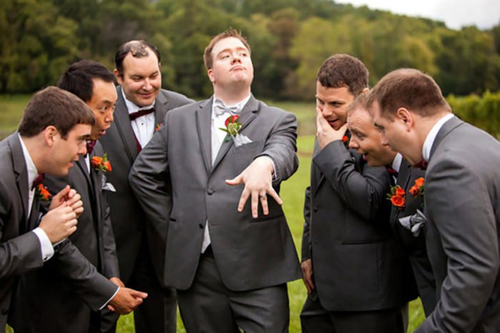 novio presumiendo anillo a sus amigos