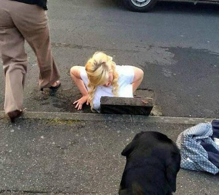 mujer atrapada en una alcantarilla