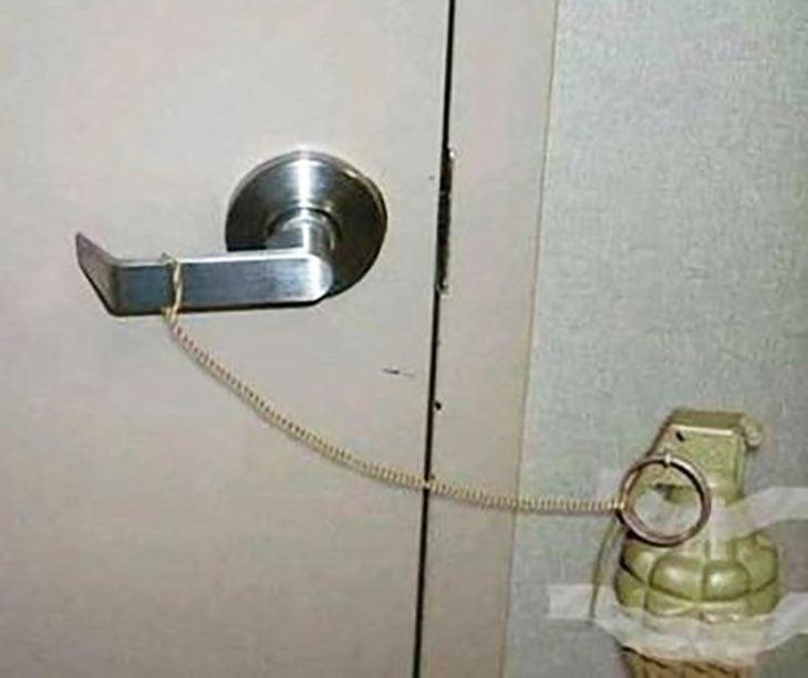cerrojo de puerta atado a una granada de mano
