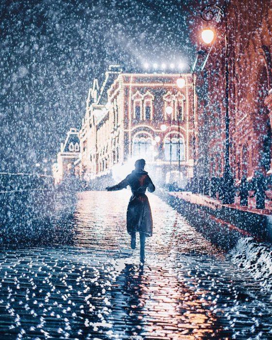 foto depersona corriendo en una calle de moscú en invierno