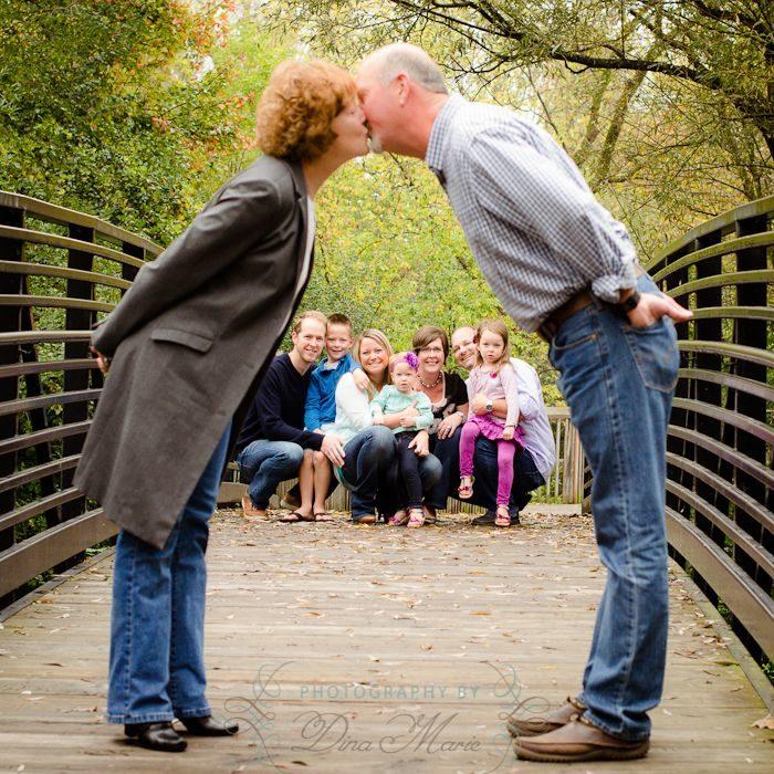 retrato familiar al frente beso de abuelos enmarcan a los hijos y nietos en el fondo