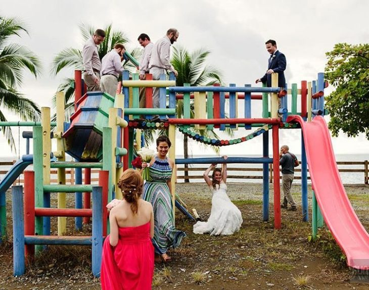 invitados de boda jugando en juegos infantiles