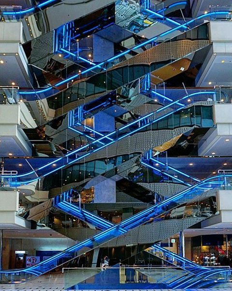 estructura de escaleras azules geométricas