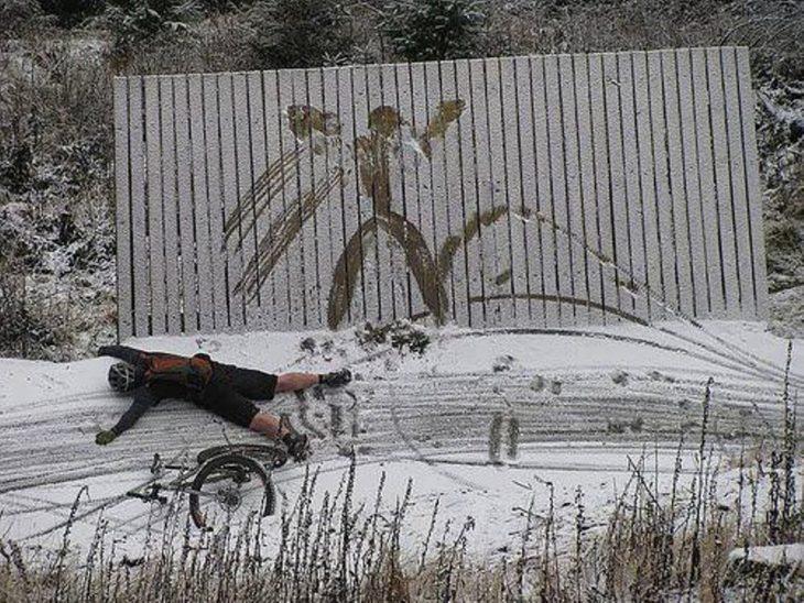 ciclista cae en la nieve
