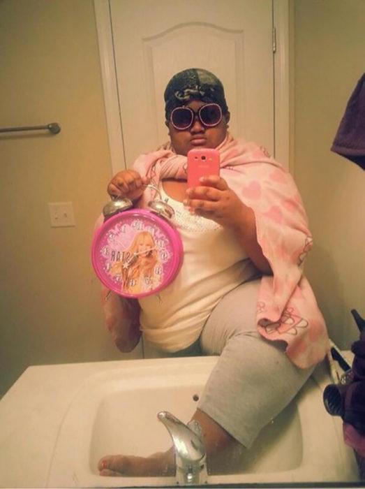 selfie de hombre con manta rosa y reloj de hanna montana