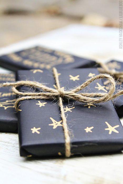 papel negro con estrellas para envoltura de regalo