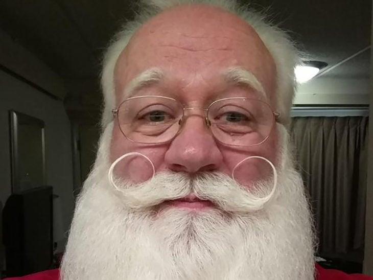 hombre con barba blanca y bigote enroscado