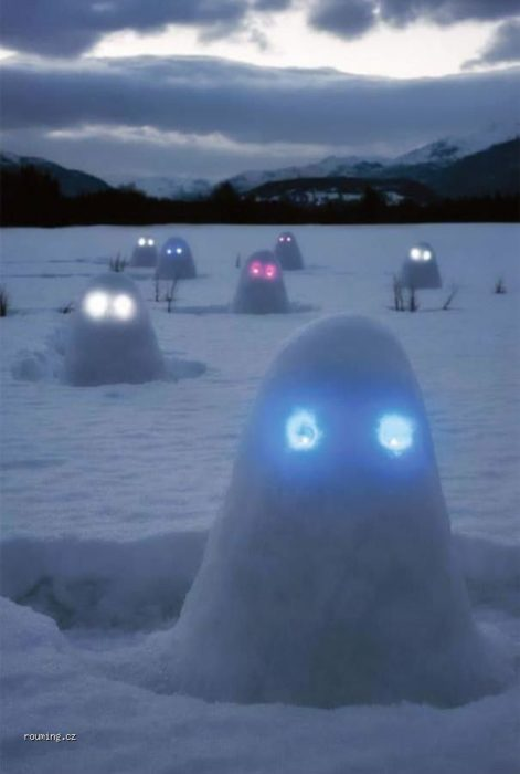fantasmas de nieve con ojos brillantes