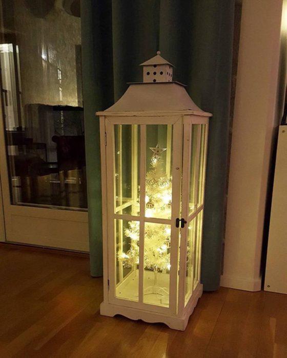 árbol navideño blanco dentro de vitrina